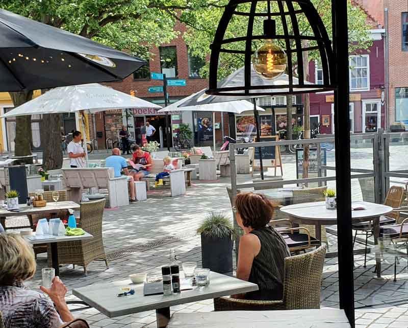 op het plein bij de sint jacobskerk de oude markt is het heerlijk genieten van een biertje en wijntje en wij serveren er graag een borrelplank bij
